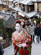 Viajes: mira que esta lejos japon-geisha-en-kioto.jpg