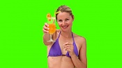 Creo que no valgo para el 3D-stock-footage-chroma-key-footage-of-a-blond-woman-in-purple-swimsuit-sipping-a-cocktail.jpg