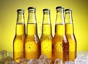 Botella de cerveza-9636300-botellas-de-cerveza-fria-y-fresca-con-hielo-sobre-fondo-amarillo.jpg